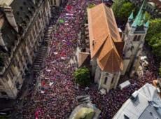 Suíças promovem greve histórica por igualdade para todas as mulheres do mundo