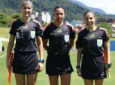 """""""Autoriza o árbitra"""": A luta invisível das mulheres que são juízas de futebol no Brasil"""