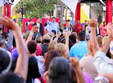 A União cívico-militar derrotou o golpe, diz Maduro em discurso para milhares em Caracas