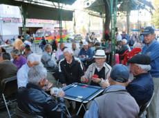 Aposentados chilenos falam sobre a dificuldade de viver com uma renda medíocre