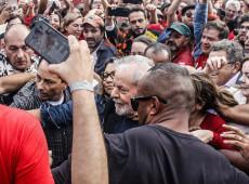 """""""O amor vai vencer o ódio"""", diz Lula nas primeiras palavras ao deixar a prisão"""