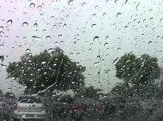 Em dias de chuva, como hoje, a Guatemala me brota pelos poros e inunda meu quarto