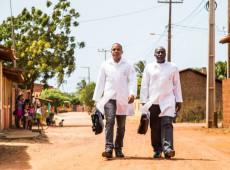 Sem conseguir preencher vagas, Bolsonaro recua e volta a chamar médicos cubanos