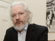 Isolado e espionado, o fundador da WikiLeaks Julian Assange continua lutando